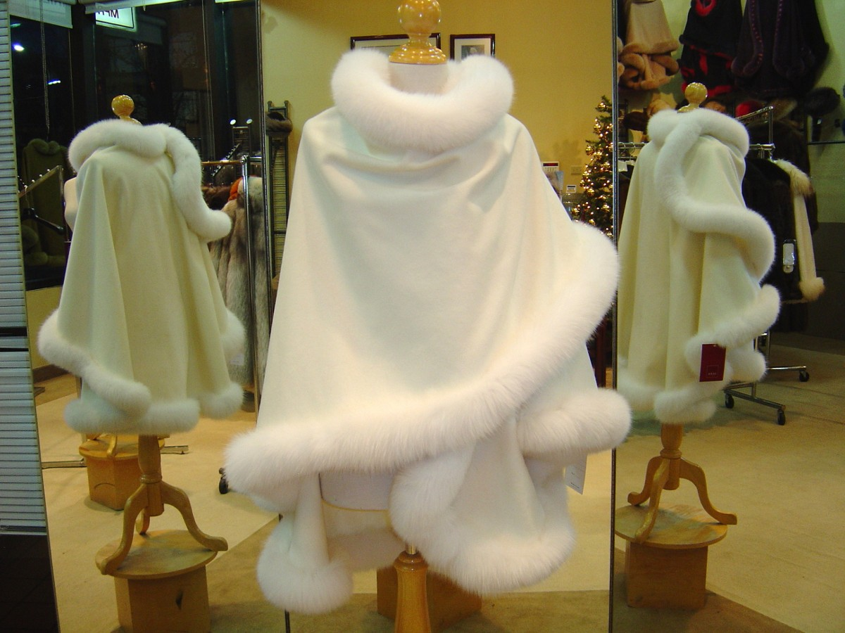 Ivory Cashmere Cape With White Fox Fur Trim